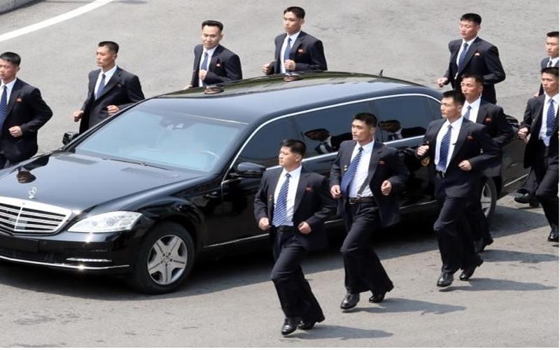 Sejumlah pengawal mengiringi mobil yang ditumpangi pemimpin Korea Utara Kim Jong-un. - Istimewa