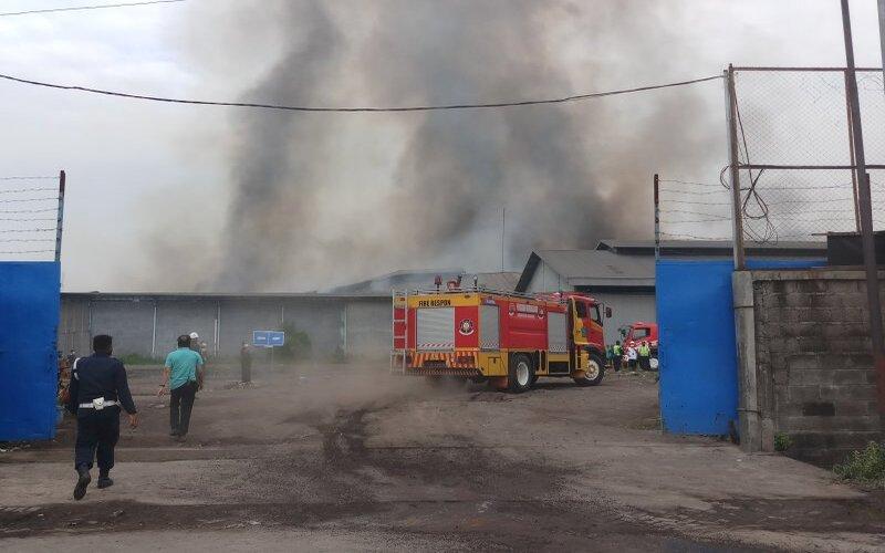 Kebakaran sebagian gudang di Sidoarjo. - Antara/Indra
