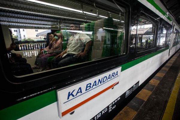 Ilustrasi: Penumpang berada di dalam Kereta Api (KA) Bandara di Stasiun Tugu, Yogyakarta, Rabu (8/5/2019). - Antara/Andreas Fitri Atmoko