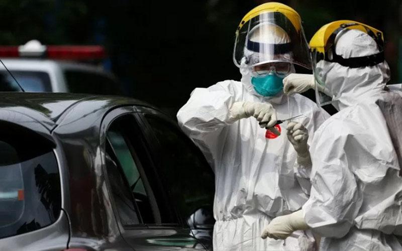 Petugas medis mengambil sampel spesimen saat swab test virus corona Covid-19 secara drive thru . - Antara/Fauzan