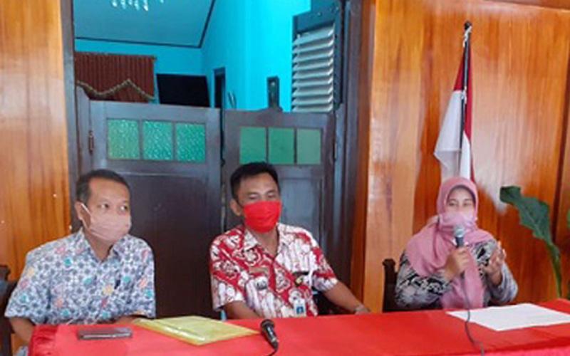 Pemilik rumah indekos, Siti Mutmainah (paling kanan) memberikan keterangan kepada wartawan di Kantor Camat Grogol, Sukoharjo, Selasa (28/4/2020). (Solopos - Bony Eko Wicaksono)