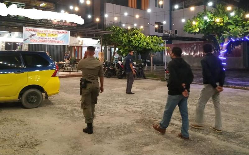 Satpol PP Kota Pekanbaru bersama aparat gabungan masih mendapati masyarakat yang nongkrong hingga malam hari. Padahal saat ini sedang pandemi virus corona (Covid/19). /pekanbaru.go.id