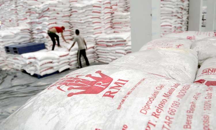 Karyawan bekerja di dalam gudang penyimpanan stok gula pasir milik PT Rejoso Manis Indo (RMI) di Blitar, Jawa Timur, Senin (9/3 - 2020).  / ANTARA