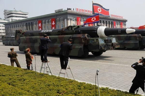 Ilustrasi - Peluru kendali dibawa melewati tempat pemimpin Korea Utara (Korut) Kim Jong Un dan pejabat tinggi lainnya dalam sebuah parade militer yang memperingati 105 tahun pendiri Korea Utara, Kim Il Sung, yang juga kakek Kim Jong Un, di Pyongyang, Sabtu (15/4/2017).  - Reuters