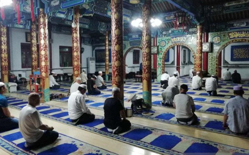 Jamaah shalat magrib di Masjid Changying, Beijing, China, menunggu iqamah setelah santap takjil bersama pada bulan puasa Ramadhan 2019./Antara/ - M. Irfan Ilmie