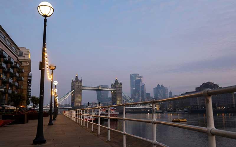 Suasana jalan Thames yang sepi di London, Inggris, Kamis (9/4/2020). Saat Perdana Menteri Inggris Boris Johnson berada di unit perawatan kritis karena Covid-19, sejumlah pejabat menyusun rencana untuk memperpanjang masa lock down untuk mengendalikan krisis karena virus corona. Bloomberg - Simon Dawson