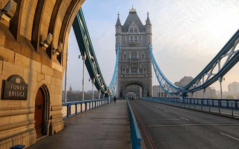 Suasana sepi di Tower Bridge di London, Inggris, Kamis (9/4/2020). Saat Perdana Menteri Inggris Boris Johnson berada di unit perawatan kritis karena Covid-19. Usai dinyatakan sembuh, Johnson menyatakan Inggris tetap dalam kondisi lockdown demi mengantisipasi serangan virus corona gelombang kedua. - Bloomberg/Simon Dawson