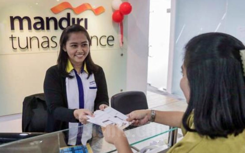 Karyawati melayani nasabah di kantor Mandiri Tunas Finance, Jakarta, Rabu (9/8/2017). - JIBI/Felix Jody Kinarwan