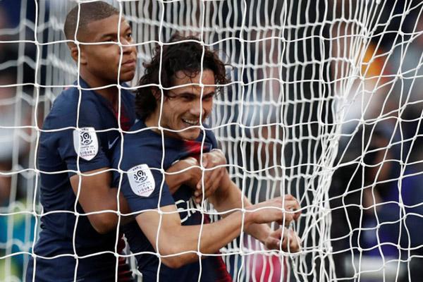 Dua penyerang andalan Paris Saint-Germain, Kylian Mbappe (kiri) dan Edinson Cavani. - Reuters/Benoit Tessier