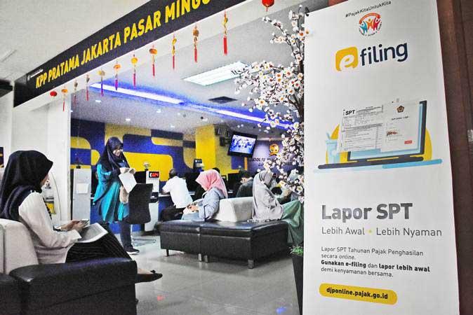 Sejumlah wajib pajak antre untuk melakukan pelaporan SPT Pajak Tahunan di Kantor KPP Pratama Pasar Minggu, Jakarta Selatan, Jum'at (22/2/2019). - ANTARA/Indrianto Eko Suwarso