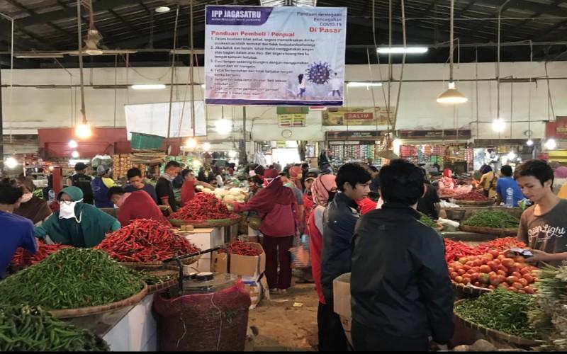 Sejumlah pedagang dan pembeli di Pasar Induk Jagasatru, Kota Cirebon, Jawa Barat, mengaku masih kesulitan menerapkan physical distancing selama aktivitas jual beli di tengah penyebaran Covid-19. - Bisnis/Hakim Baihaqi