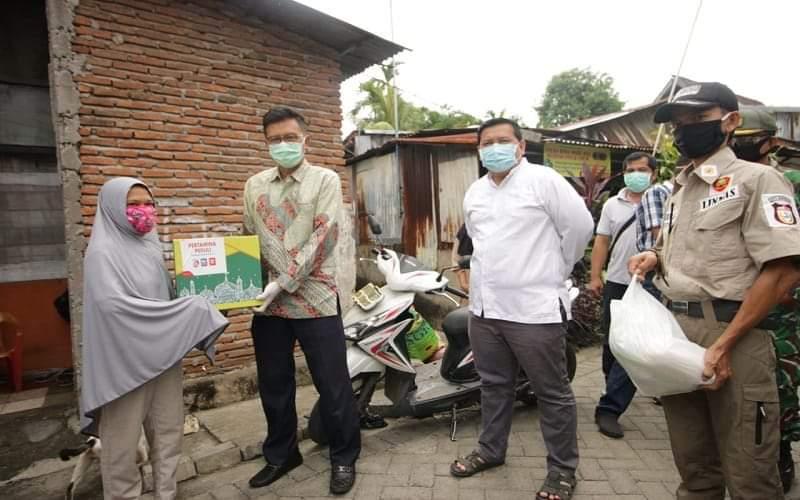 General Manager MOR VII, C. D. Sasongko menyerahkan bantuan kepada warga Kecamatan Mariso Makassar - Istimewa