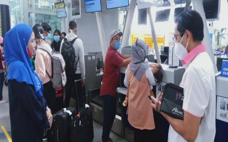 Warga Malaysia yang dipulangkan ketika berada di Bandara Kualanamu, Sumatra Utara, pada Selasa (28/4/2020). - Antara