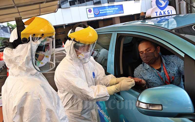 Petugas medis melakukan tes cepat (rapid rest) Covid-19 kepada pengemudi angkutan umum di Kantor Pusat Kementerian Perhubungan, Jakarta, Senin (20/4/2020)./Bisnis - Eusebio Chrysnamurti