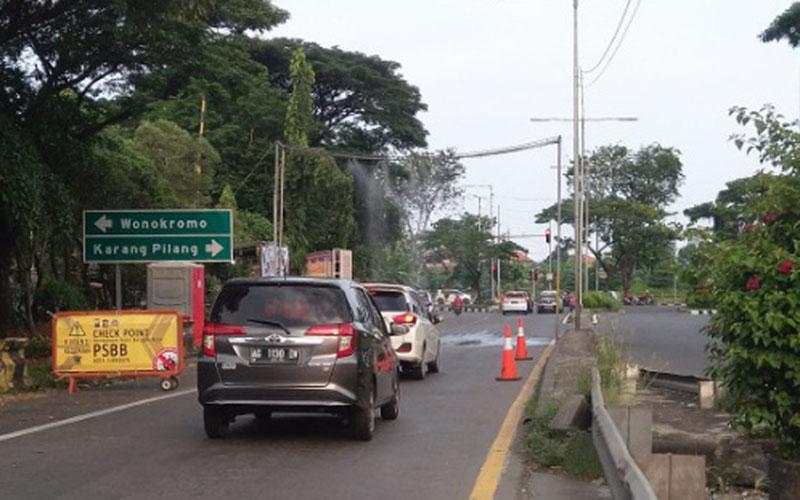 Salah satu titik pemeriksaan di ruas jalan tol Surabaya-Gempol untuk mendukung implementasi Pembatasan Sosial Berskala Besar (PSBB)./Istimewa - Jasa Marga