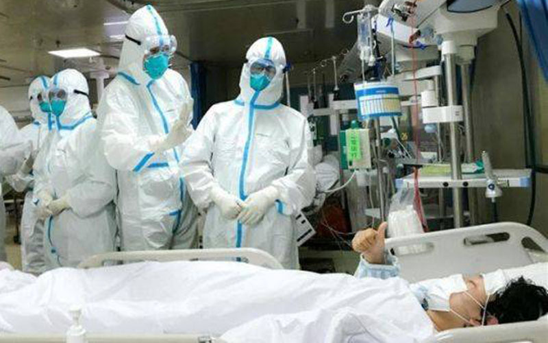 Sejumlah petugas medis tengah menangani pasien virus corona. - Antara