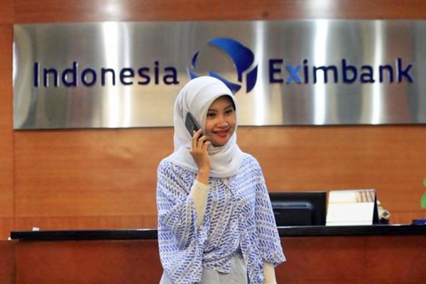 Karyawati melakukan percakapan telepon di kantor Indonesia Eximbank, di Jakarta, Kamis (6/4). - JIBI/Dedi Gunawan