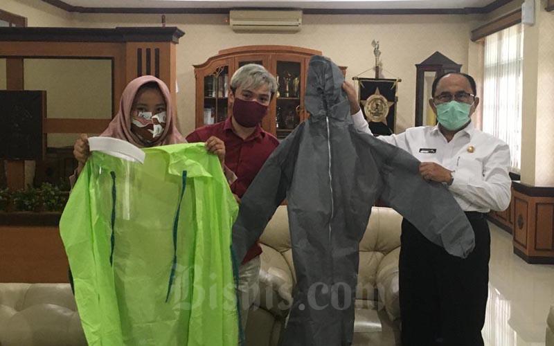 UMKM Kertabumi Batik menunjukkan contoh baju hazmat (hazardous materials) atau alat diri (APD) pebuatan mereka kepada Bupati Kulonprogo pada Rabu (8/4/2020) di Kantor Bupati Kulonprogo.  - Harian Jogja/Catur Dwi Janati