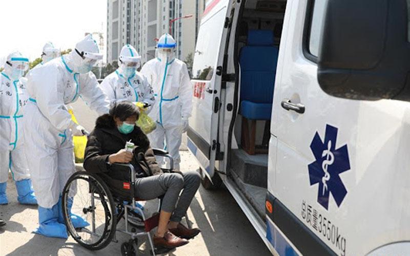 Seorang pasien Covid-19 diizinkan pulang dari Rumah Sakit Leishenshan (Gunung Dewa Petir) di Wuhan, Provinsi Hubei, China, Kamis (4/4/2020). Rumah sakit itu menutup area bangsal umum terakhirnya pada Kamis (9/4/2020)./Antara - Xinhua