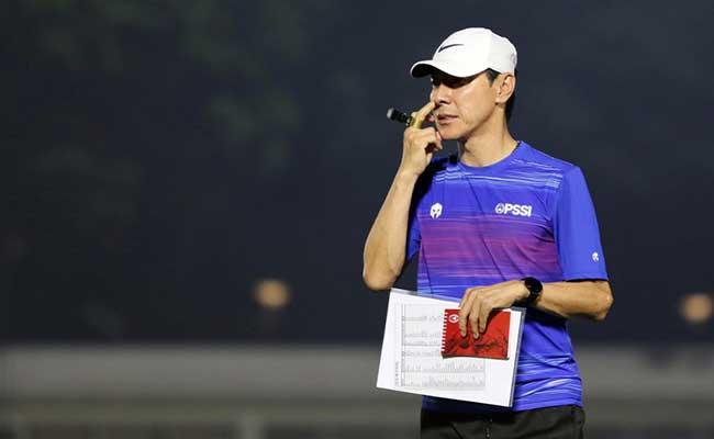 Pelatih Timnas Indonesia Shin Tae-Yong memimpin latihan perdana di Stadion Madya, Senayan, Jakarta, Jumat (14/2/2020). Bisnis - Eusebio Chrysnamurti