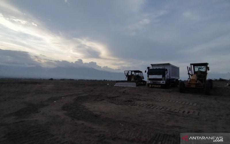 Sejumlah alat berat sedang terparkir usai mengerjakan pematangan lahan pembanguan hunian tetap korban gempa dan likuefaksi Kelurahan Petobo, Kota Palu, Sulawesi Tengah. - Antara