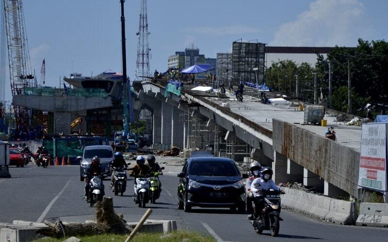 Pekerja beraktivitas di lokasi proyek jalan tol layang di jalan Andi Pangeran Pettarani, Makassar, Sulawesi Selatan, Senin (27/4/2020). Meski pembatasan sosial berskala besar (PSBB) berlangsung dalam percepatan penanganan Covid-19 di Makassar, proyek pembangunan jalan tol layang sepanjang 4,3 km yang pengerjaannya telah mencapai 76 persen tersebut tetap berjalan dengan standar keamanan kesehatan. - Antara/Abriawan Abhe