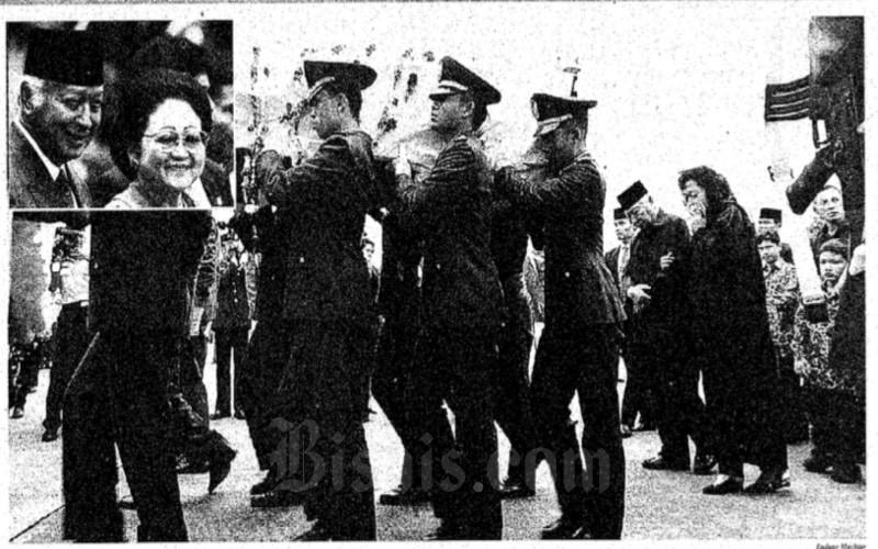 Prosesi pemakaman Ibu Tien Soeharto pada Minggu (28/4/1996) - Arsip Bisnis Indonesia.