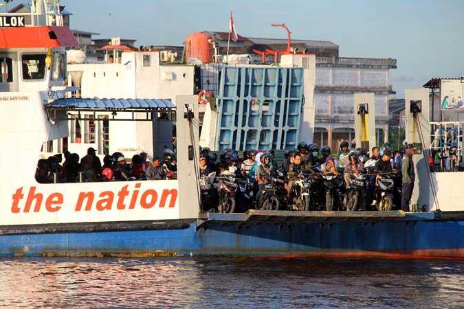 Sejumlah pengendara kendaraan bermotor menumpang Kapal Motor Penumpang (KMP) menyeberangi Sungai Kapuas di Pontianak, Kalimantan Barat, Rabu (15/5/2019). - ANTARA/Jessica Helena Wuysang