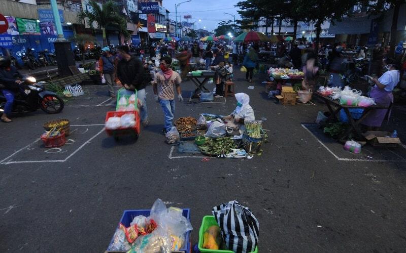 Aktivitas jual beli di Pasar Pagi Salatiga, Jawa Tengah, Rabu (29/4/2020). Pemerintah Kota Salatiga menata para pedagang pasar pagi tersebut dengan menerapkan