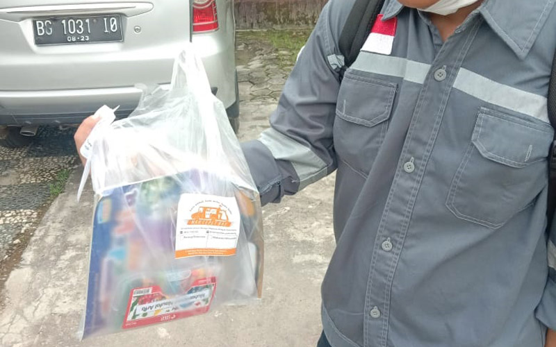 Pelanggan menerima pesanan dari kurir Nak Cepet Bae di Kota Palembang. Foto: istimewa