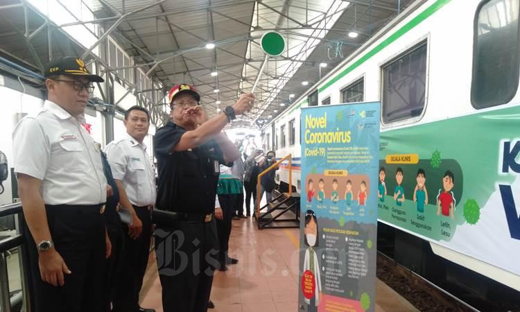 Direktur Utama KAI Edi Sukmoro memberikan aba-aba berangkat kepada masinis kereta api saat meninjau Kereta Kesehatan di Stasiun Poncol Semarang, Kamis (5/3/2020). - Bisnis/Alif Nazzala Rizqi