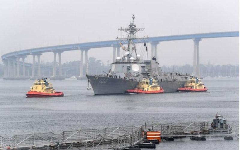 Kapal perusak pembawa rudal berpemandu, USS Kidd, tiba di San Diego pada 28 April 2020 atau Rabu (29/4/2020) WIB sebagai bagian dari respons agresif Angkatan Laut AS terhadap wabah Corona (Covid-19) di atas kapal tersebut. Foto: Xinhua - US Navy
