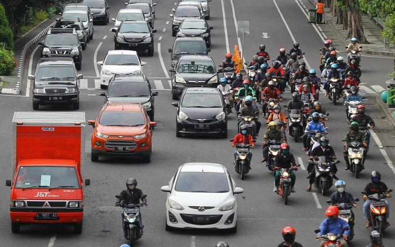 Sejumlah kendaraan melintas di jalan Raya Darmo, Surabaya, Jawa Timur, Selasa (28/4/2020). Pemerintah telah resmi memberlakukan Pembatasan Sosial Berskala Besar (PSBB) di Kota Surabaya dan sebagian wilayah di Kabupaten Sidoarjo dan Gresik pada 28 April 2020 sebagai upaya pencegahan penyebaran Covid-19. - Antara/Moch Asim