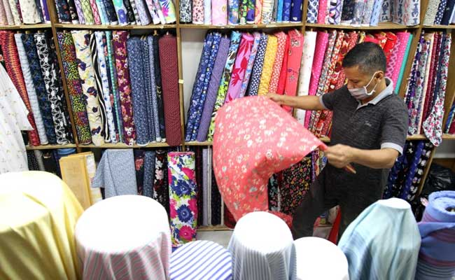 Pedagang menata kain tekstil di pasar Tanah Abang, Jakarta, Selasa (11/2/2020). Bisnis - Arief Hermawan