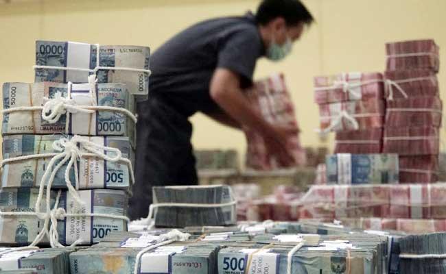 Ilustrasi - Karyawan merapikan uang di cash center Bank BNI, Jakarta, Selasa (11/2/2020). Bisnis - Himawan L Nugraha