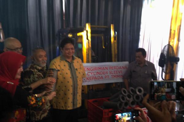 Bupati Klaten Sri Mulyani, Presdir PT Toyota Motor Manufacturing Indonesia Warih Andang Tjahjono, dan Menteri Perindustrian Airlangga Hartarto.  - BISNIS.COM