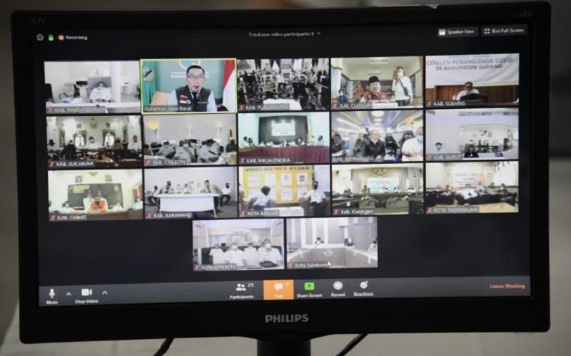 Tangkapan layan rakor via videoconference bersama bupati dan wali kota 17 daerah yang belum menggelar PSBB di Jabar. - Bisnis/Wisnu Wage