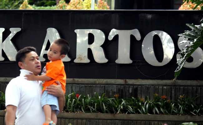 Warga melintas di depan kantor Bank Artos di Bandung. Bisnis - Rachman