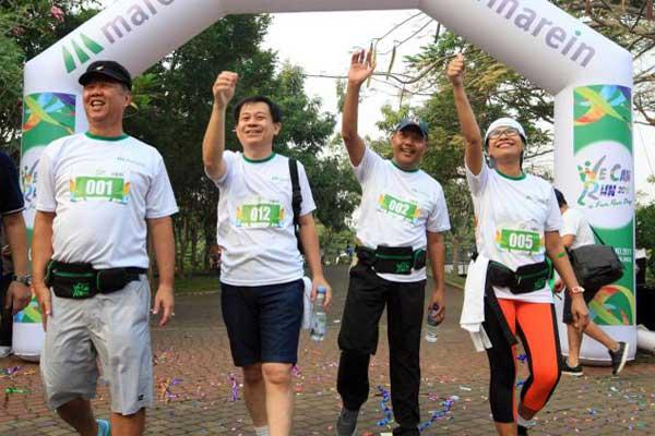 Presiden Direktur PT Maskapai Reasuransi Indonesia Tbk (Marein) Robby Loho (dari kiri) Direktur Keuangan Yanto J. Wibisono, Direktur Reasuransi Jiwa Sutadi, dan Direktur Reasuransi umum Trinita Situmeang seusai melepas peserta lomba lari bertema Marein We Can Run 2017 di Jakarta sabtu (20/5) . - JIBI/Dedi Gunawan