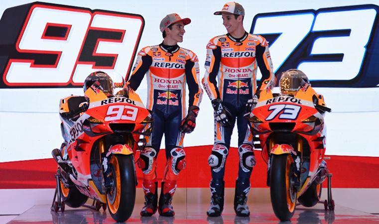 Pembalap Marc Marquez (kiri) dan pembalap Alex Marquez mengobrol saat peluncuran tim Moto GP Repsol Honda di Jakarta, Selasa (4/2/2020). -  ANTARA / Aditya Pradana Putra