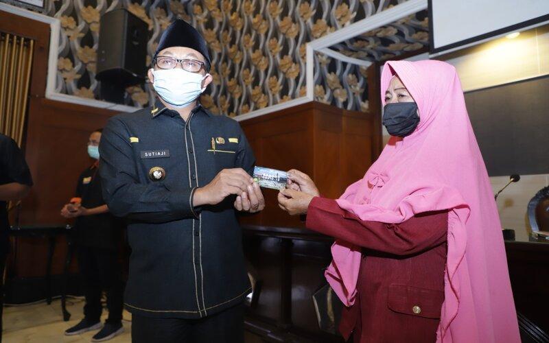 Wali Kota Malang Sutiaji (kiri) menyerahkan kartu bansos di Malang, Rabu (29/4/2020). - Istimewa