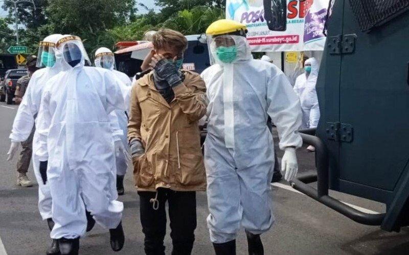 Unit Covid Hunter Polda Jatim membawa satu orang berstatus orang dalam pemantauan (ODP) ke Rumah Sakit Bhayangkara Surabaya, Rabu (29/4/2020). - Antara/Humas Polda Jatim