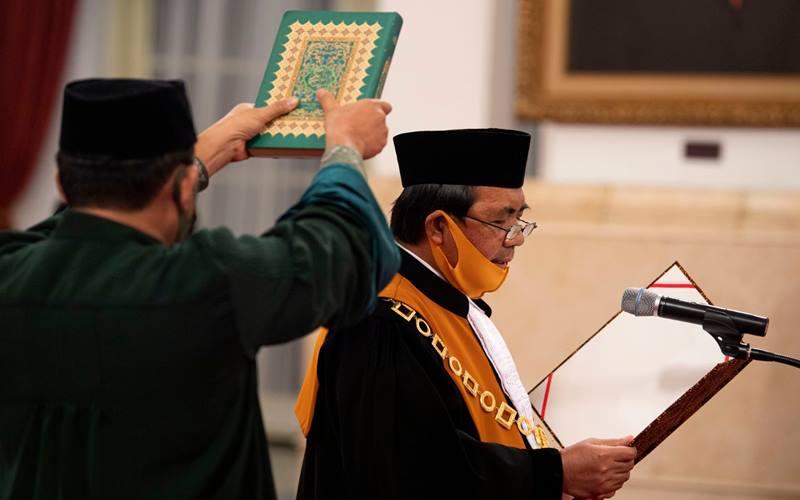 Ketua Mahkamah Agung (MA) terpilih Muhammad Syarifuddin mengucapkan sumpah jabatan saat dilantik di Istana Negara, Jakarta, Kamis (30/4/2020). Muhammad Syarifuddin resmi dilantik sebagai Ketua MA periode 2020-2025 menggantikan Hatta Ali yang memasuki pensiun. ANTARA FOTO - Sigid Kurniawan