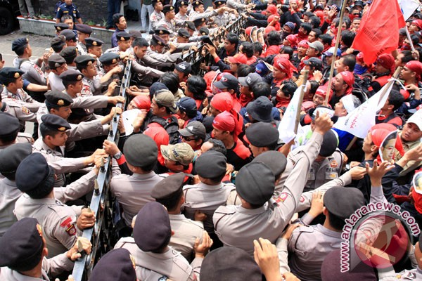 Buruh sedang melakukan demonstrasi. - ilustrasi