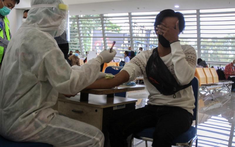 Sejumlah Pekerja Migran Indonesia (PMI) asal Malaysia menjalani Rapid Test saat tiba di kedatangan Internasional Terminal 2 Bandara Juanda, Sidoarjo, Jawa Timur, Selasa (7/4/2020). - ANTARA FOTO/Umarul Faruq