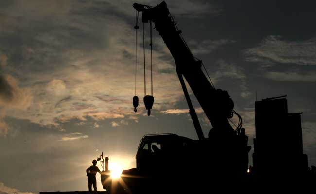 Pekerja menggunakan alat berat beraktivitas di proyek infrastruktur milik salah satu BUMN Karya di Jakarta, Kamis (13/2/2020). Bisnis - Arief Hermawan P.