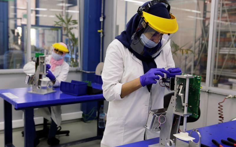 Produksi ventilator. Alat bantu pernapasan menjadi salah satu yang menjadi buruan di tengah pandemi Covid-19. - Reuters