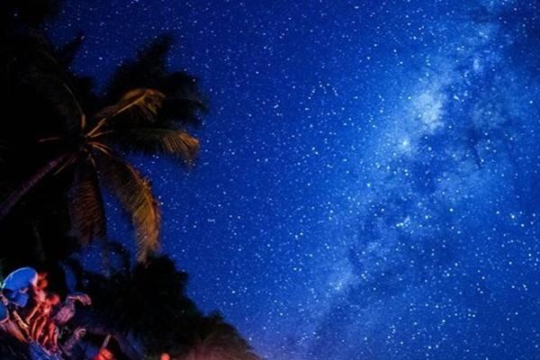 Wisatawan asing menikmati pemandangan gugusan Bima Sakti atau Milky Way yang terlihat membujur di langit selatan pulau Rote Ndao, Nusa Tenggara Timur, Minggu (16/8/15). - Antara