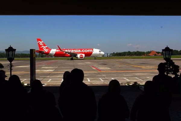 Pesawat Air Asia melintas di Bandara Internasional Adi Sutjipto Yogyakarta, Jumat (4/5/2018). - JIBI/Dwi Prasetya