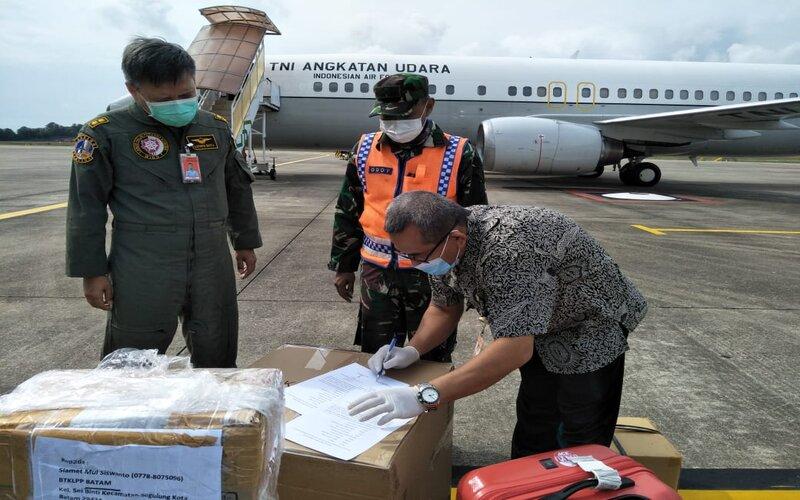 Serah terima bantuan logistik pendukung pengecekan Covid/19 di Batam.
